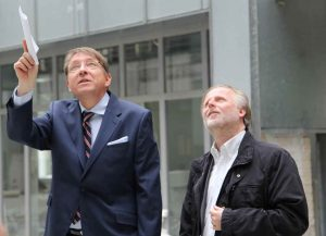 Besichtigung des Atriums: (v.l.n.r.) Carsten R. Kulbe, Architekt des ALEX 65 und Olaf Cunitz, Bürgermeister und Planungsdezernent der Stadt Frankfurt am Main.