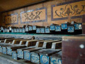 Eine Aufnahme der kunstvoll verzierten, ausgespielten Tasten der Orgel in der Kirche Hohenebra von Jana Groß aus Thüringen überzeugte die Jury am meisten. Meldung: Evangelische Kirche in Deutschland (EKD), Hannover