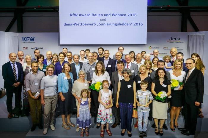 """Die Gewinner des dena-Wettbewerbes """"Sanierungshelden"""" und des KfW Awards Bauen und Wohnen 2016 wurden ausgezeichnet. (Quelle: dena/Rosenthal)"""
