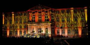Große Opernchöre vor farbenprächtig angestrahlter Barockresidenz @ Schlossgarten, Bruchsal