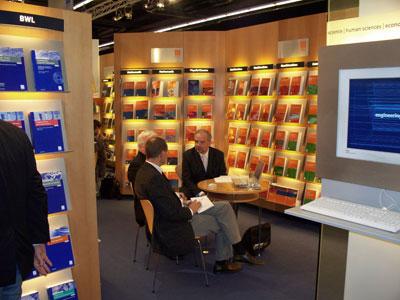 Foto: (c) Kulturexpress  Frankfurter Buchmesse im Oktober 2008. Hier am Stand Vieweg+Teubner der zur großen Gruppe der Springer Verlage zählt wie im übrigen auch der Schweizer Birkhäuser Verlag